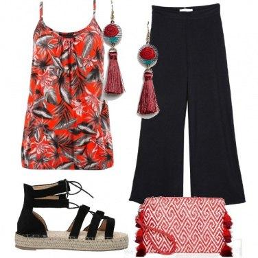 Outfit Top a fiori e pantaloni palazzo