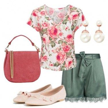 Outfit Shorts in raso e rose romantiche