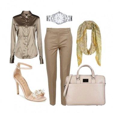 Outfit CMPS Il sandalo iperfemminile in ufficio