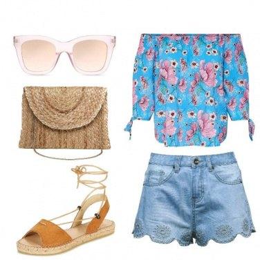 Outfit Blusa floreale e shorts