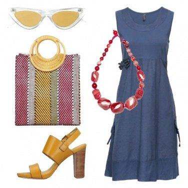 Outfit Vestito indaco e shopper in paglia
