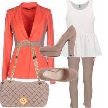 Outfit Giacca corallo e beige