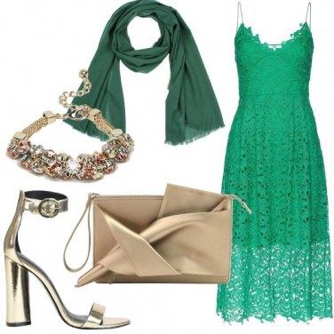 Outfit Adito midi in pizzo e accessori gioiello