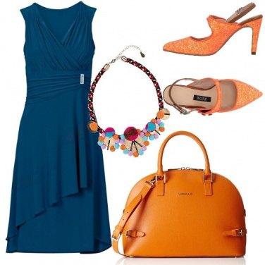 Outfit Arancione su blu