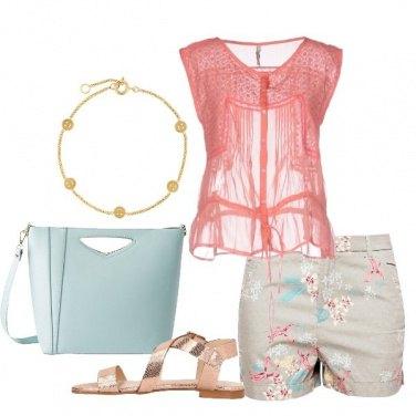 Outfit Shorts floreale e blusa corallo