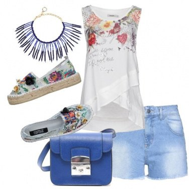 Outfit Shorts in jeans e top floreale