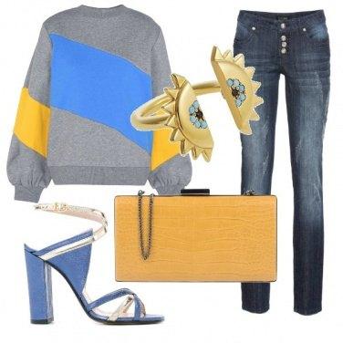 Outfit Felpa e tacco