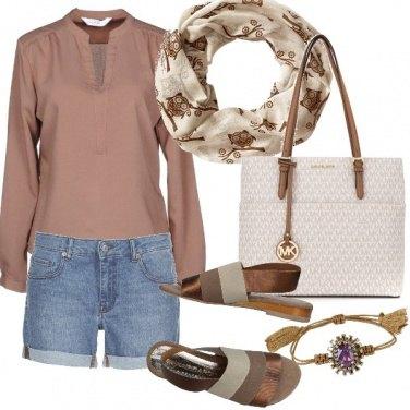 Outfit Disinvolta in camicia e shorts di denim