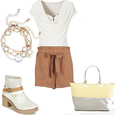 Outfit Shorts e maglietta con brillantini