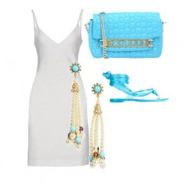 Outfit Sexy bianco con accessori turchesi