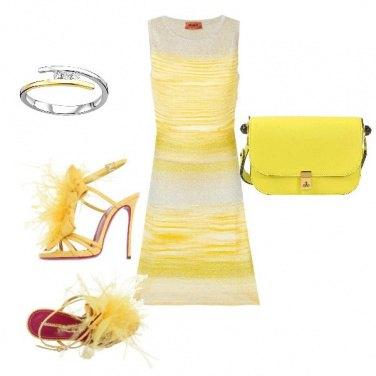 Outfit Abito aderente e scarpe con piume