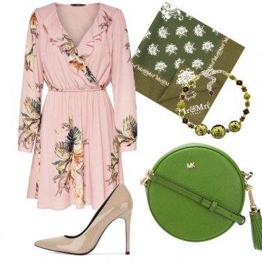 Outfit Un abito romantico per una sera fresca