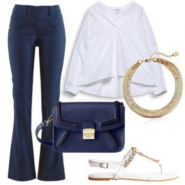 Outfit Eleganza raffinata in blu e bianco