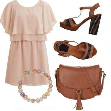 Outfit Minidress che risalta l'abbronzatura