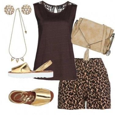 Outfit Top cioccolato e shorts animalier