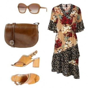 Outfit Borsa cioccolato e sandali gialli