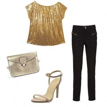 Outfit Serata fuori con t-shirt dorata