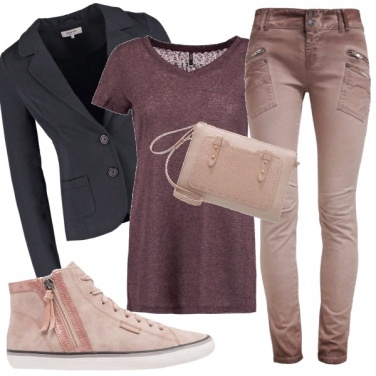 Outfit Con un look sporty chic