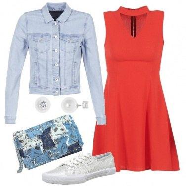 Outfit Vestito rosso e accessori griffati