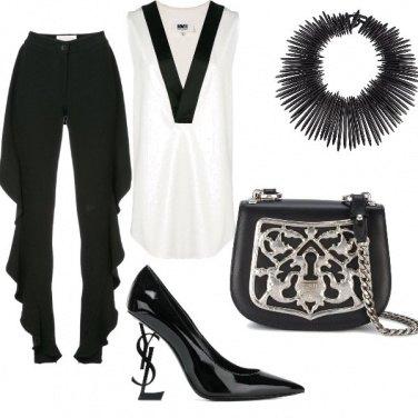 Outfit Scollo profondo e accessori decisi