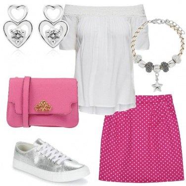 Outfit Pois bianchi su fondo rosa