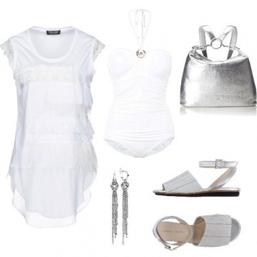 Outfit Be in white and silver on the beach