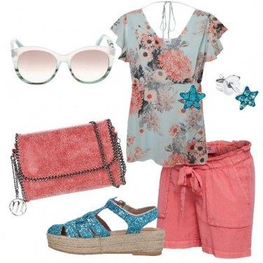 Outfit Shorts e top floreale
