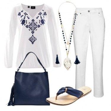 Outfit Bianco e tocchi di blu