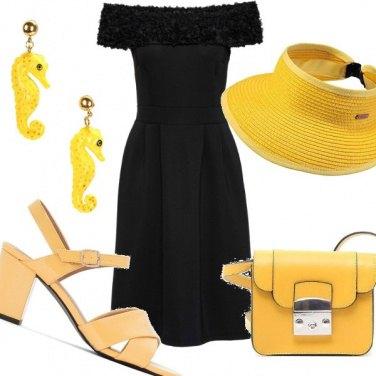 Outfit Vestito nero accessori gialli