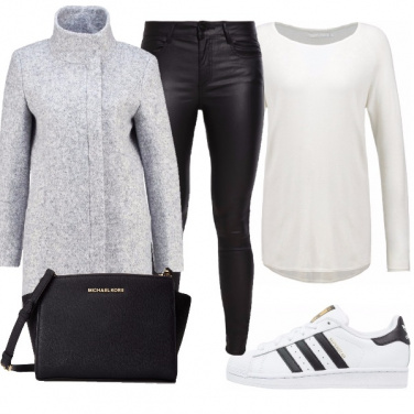 Outfit In sneakers e cappotto