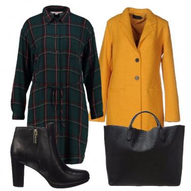 Outfit Quadri verdi e cappotto giallo