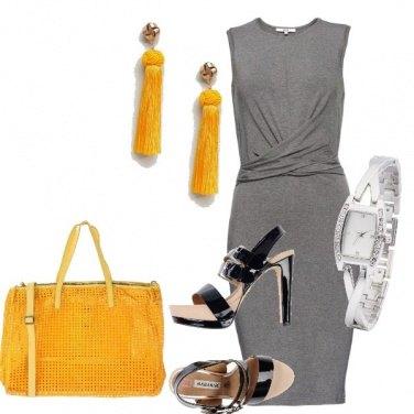 Outfit Tubino grigio e borsa gialla