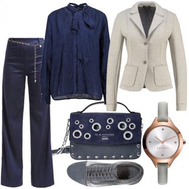 Outfit Pantaloni a zampa e sneakers