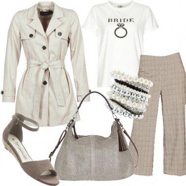 Outfit Trench e t-shirt per l\'ufficio