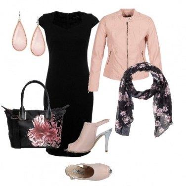 Outfit Tubino nero e particolari rosa