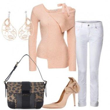 Outfit Jeans bianco e pullover rosa chiaro
