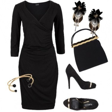 Outfit Tubino nero e particolari oro