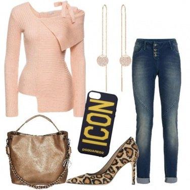 Outfit Jeans boyfriend e pullover asimmetrico