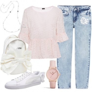 Outfit Romantica in jeans e sneakers