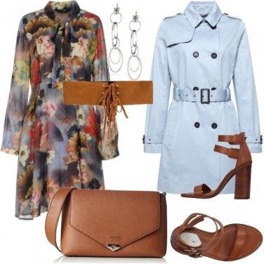 Outfit Abito floreale e trench pastello