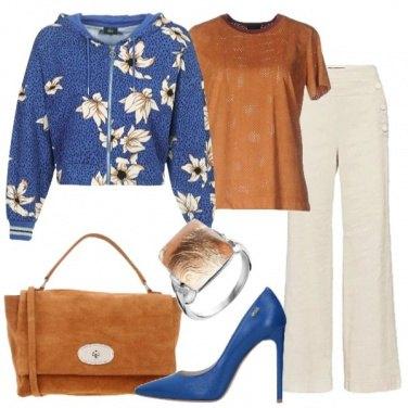 Outfit Trendy con la felpa floreale corta