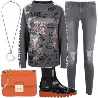 Outfit Felpa preziosa e tocchi di arancio