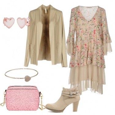 Outfit Vestito floreale con balze e stivaletto