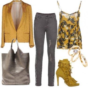 Outfit Grigio e ocra, denim e stiletto