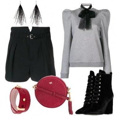 Outfit Spigliata con shorts felpa e stivaletto