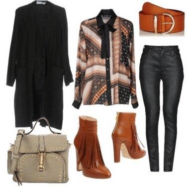 Outfit Cardigan aperto e pantaloni ecopelle