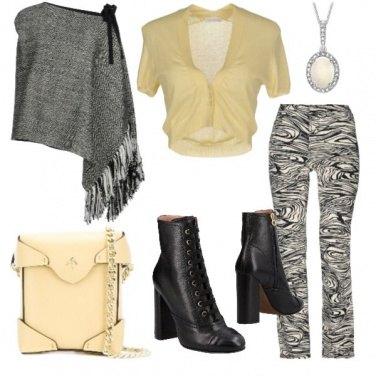 Outfit Mantella e pantalone fantasia