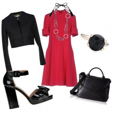 Outfit Un tocco di rosso nel mare nero