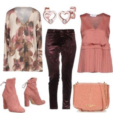 Outfit Stivaletti rosa e cardigan a fiori