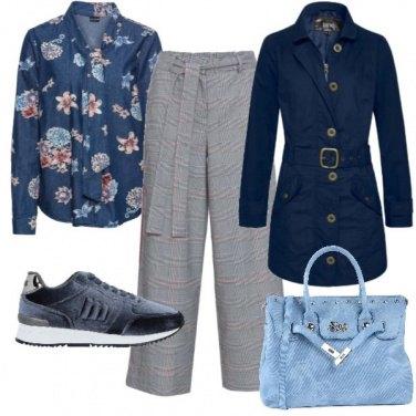 Outfit Camicia a fiori e sneakers in velluto